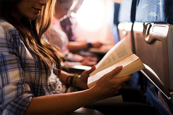 Cómo prepararte para un largo viaje en avión