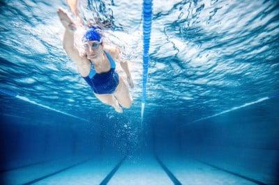Así puede ayudar la natación a tu espalda