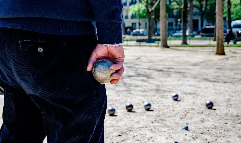 La petanca, un deporte intergeneracional e integrador en el corazón de Lugo