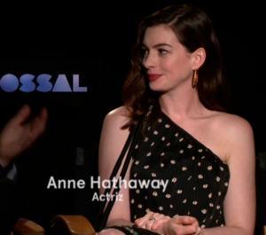 Anne Hathaway quiere hablar español