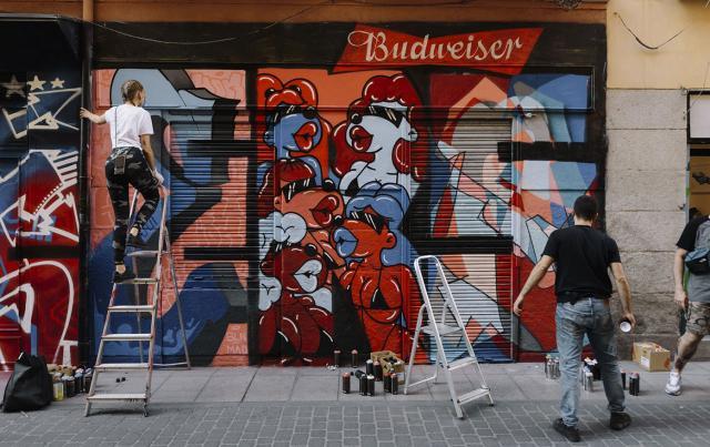 El fútbol de barrio inspira al arte urbano