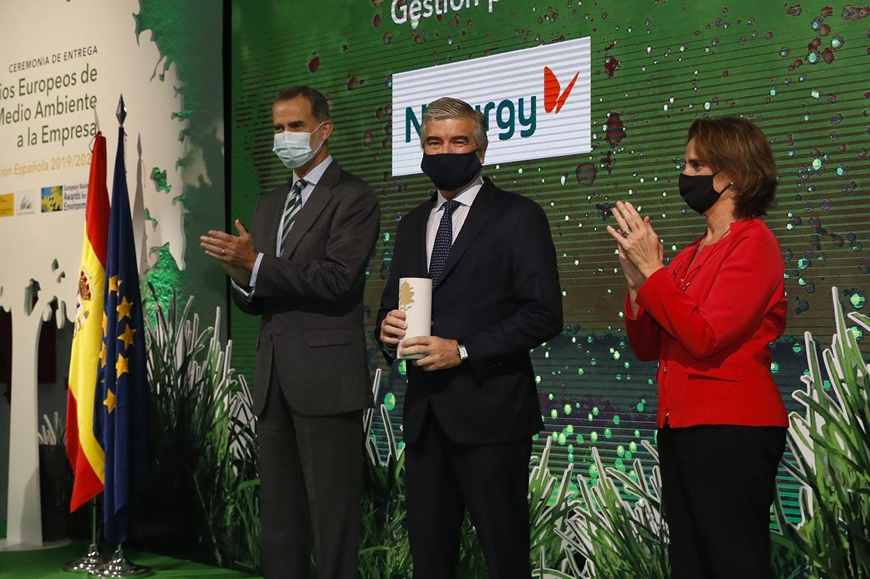 El Rey Felipe VI, el presidente de Naturgy, Francisco Reynés, y la vicepresidenta Teresa Ribera