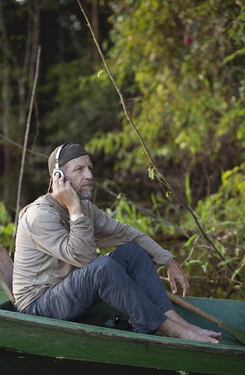 El hombre que escucha los océanos