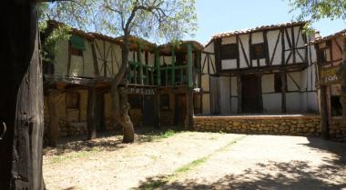 Artlanza, un pueblo medieval construido con materiales reciclados