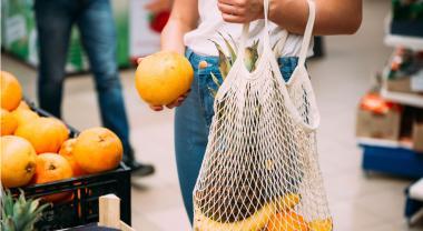 Día Internacional Libre de Bolsas de Plástico: ¿Qué están haciendo los supermercados?