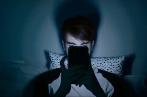Por qué tus hijos no deberían usar el móvil antes de ir a dormir