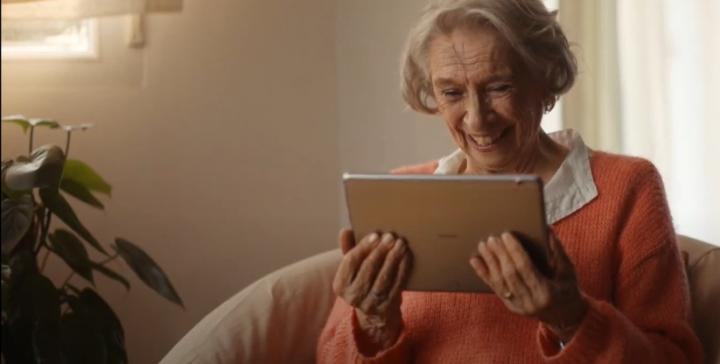 Segura y conectada: así será la Navidad de la COVID-19 de las personas mayores gracias a la tecnología